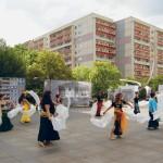 In Dancing in Grünau & Die Ästhetik der Anzahl, dem Projekt von zukunftsgeraeusche, tanzen die Bauchtanzgruppe Die Sultaninen auf dem Grünauer Marktplatz, Nachweis: © Uwe Walther