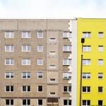 Kontrast zwischen saniertem und unsaniertem Gebäude der WBS 70 (Sechs-Geschosser), Nachweis: © Tom Erdmann