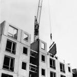 Plattenmontage auf der Baustelle, Foto von 1959, Nachweis: IRS Erkner, Wissenschaftliche Sammlungen, D_1_17_25_12, Foto: Wolter